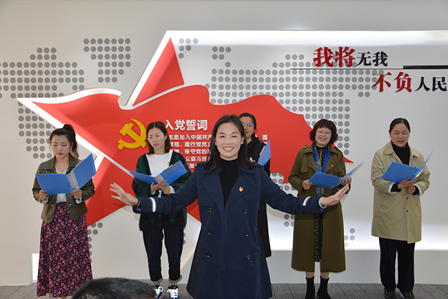 7、教师党员代表为大家表演手势舞.jpg